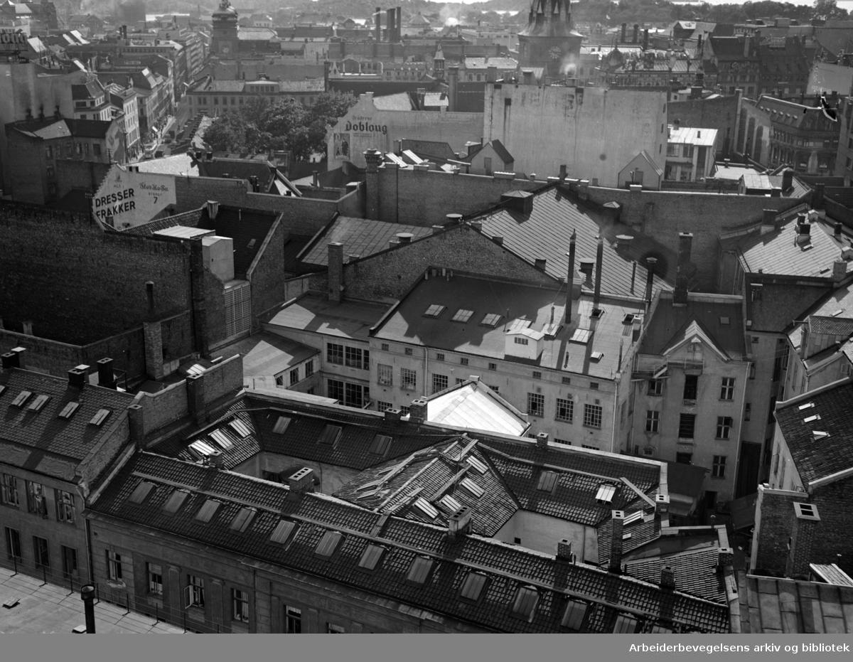 Torggata, Storgata, Pløens gate. Kvartalet fotografert fra Folketeatrets tak. September 1952