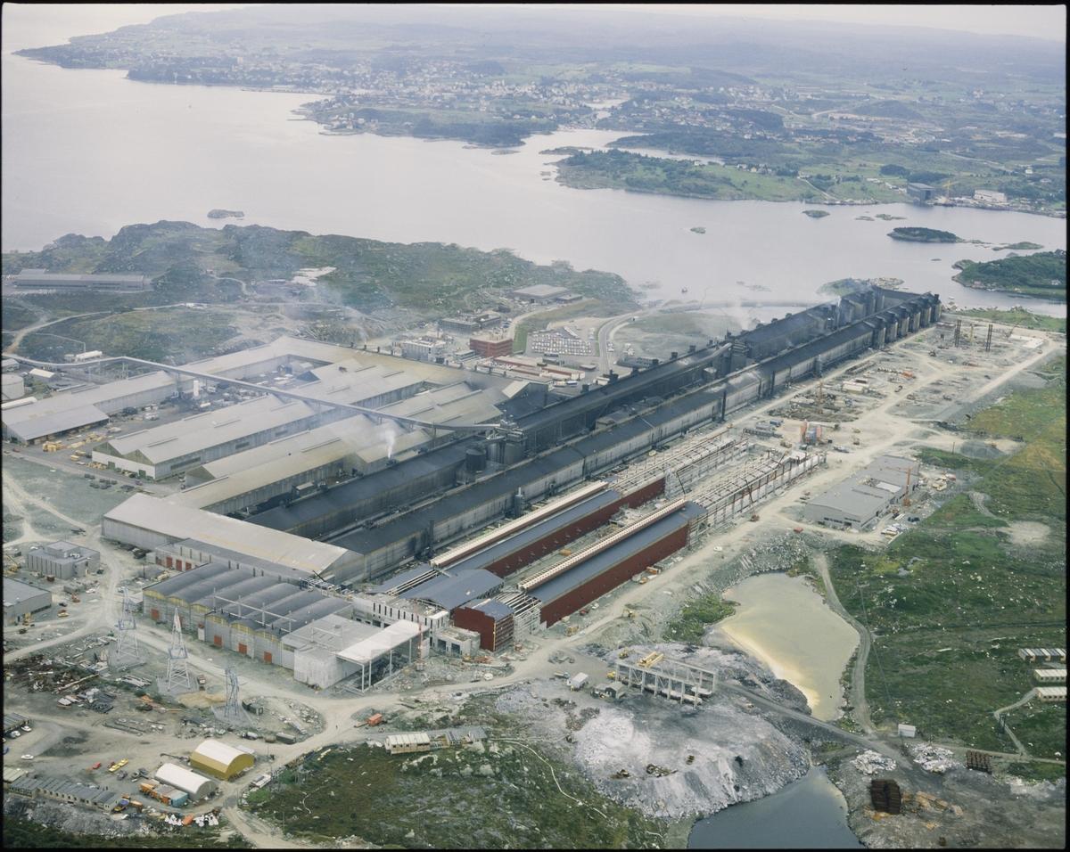 Flyfoto av Alnor Aluminium på Karmøy. Bildet er tatt mot sør med Kopervik i bakgrunnen.