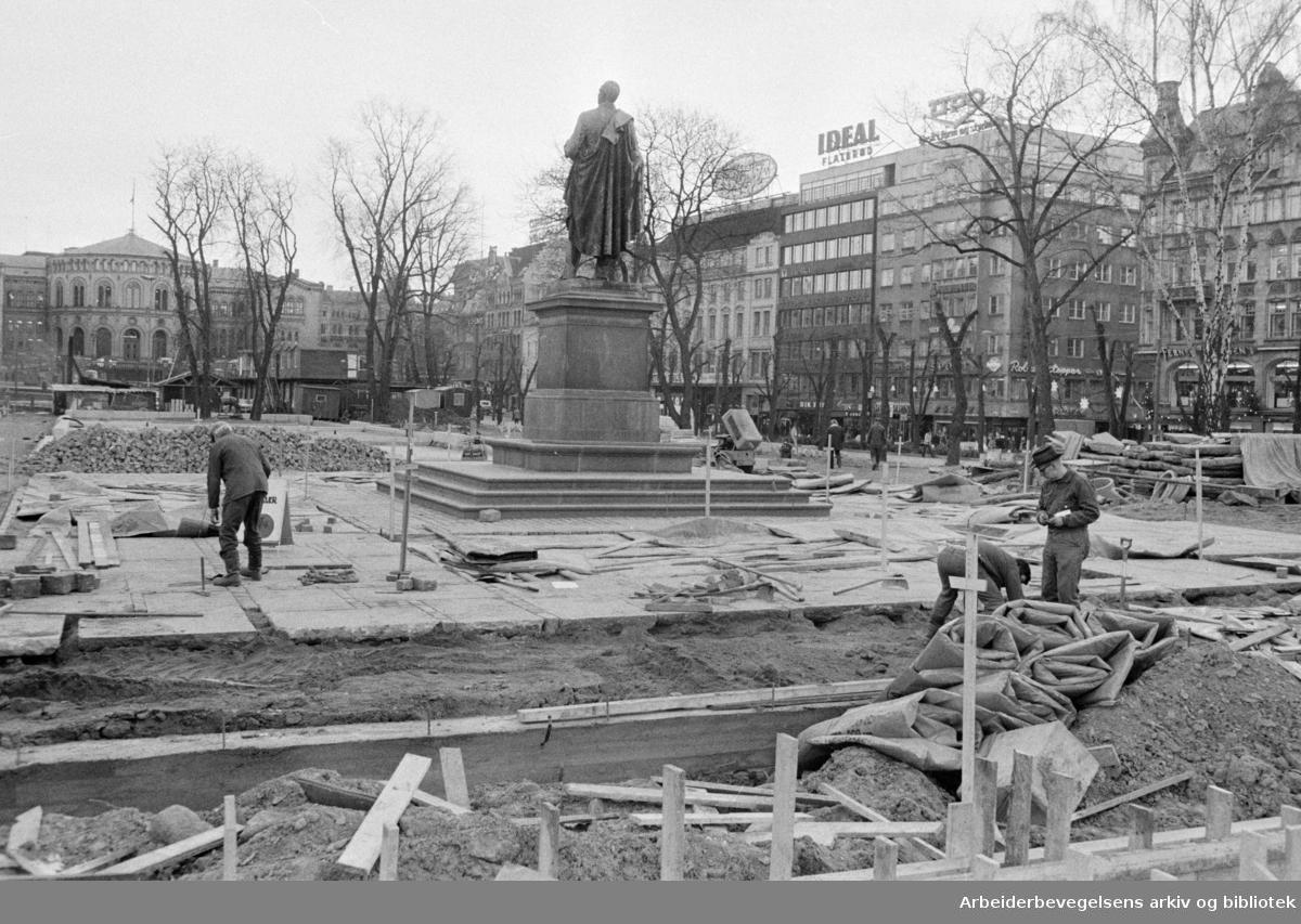 Studenterlunden. Plassen rundt Wergeland-statuen blir steinsatt. Desember 1975