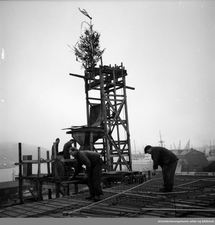 Sjømennenes Hus under bygging. Kranselag. Oktober 1952