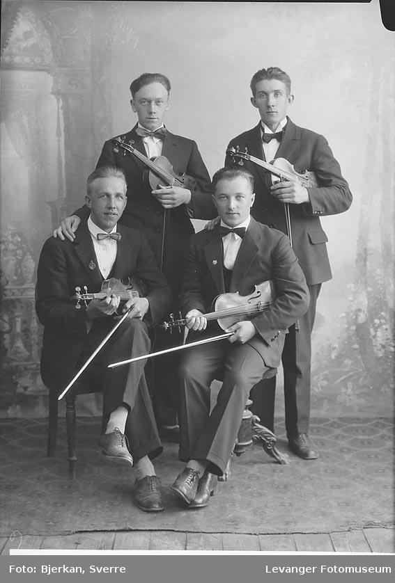 Gruppebilde av musikere med fiolin. en av dem har etternavnet Brå fornavn ukjent