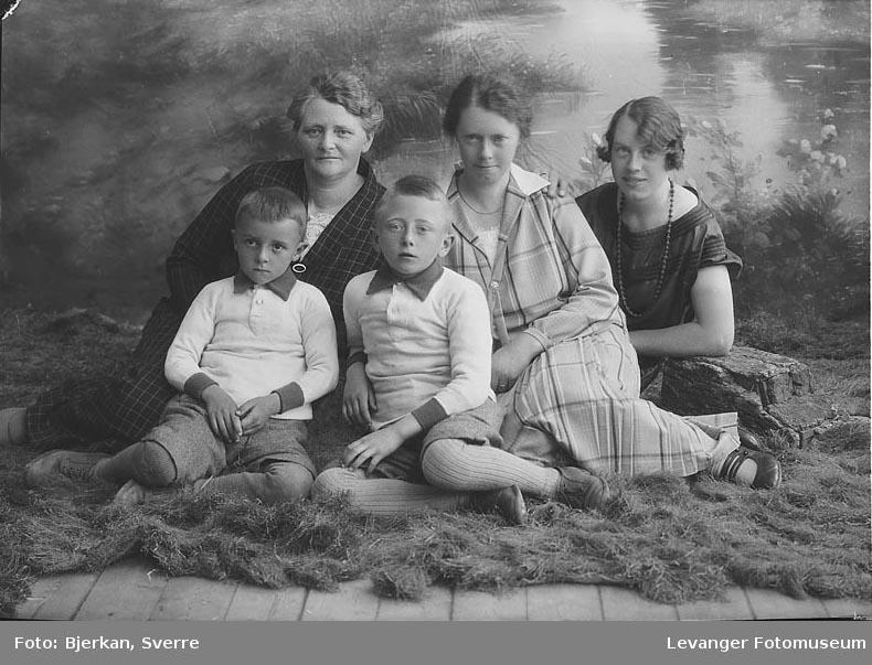 Gruppebilde tre generasjoner. en av dem heter nora Røstad