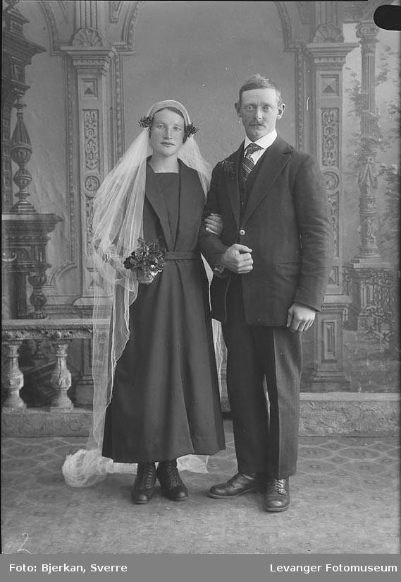 Portrett av et brudepar. Mannen heter Alfred Nilsen