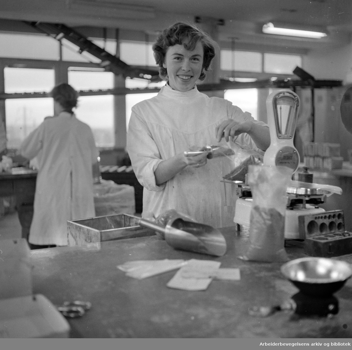 Ulvenveien 58. Medisinaldepot. Inger Storesund veier medisiner. Oktober 1957