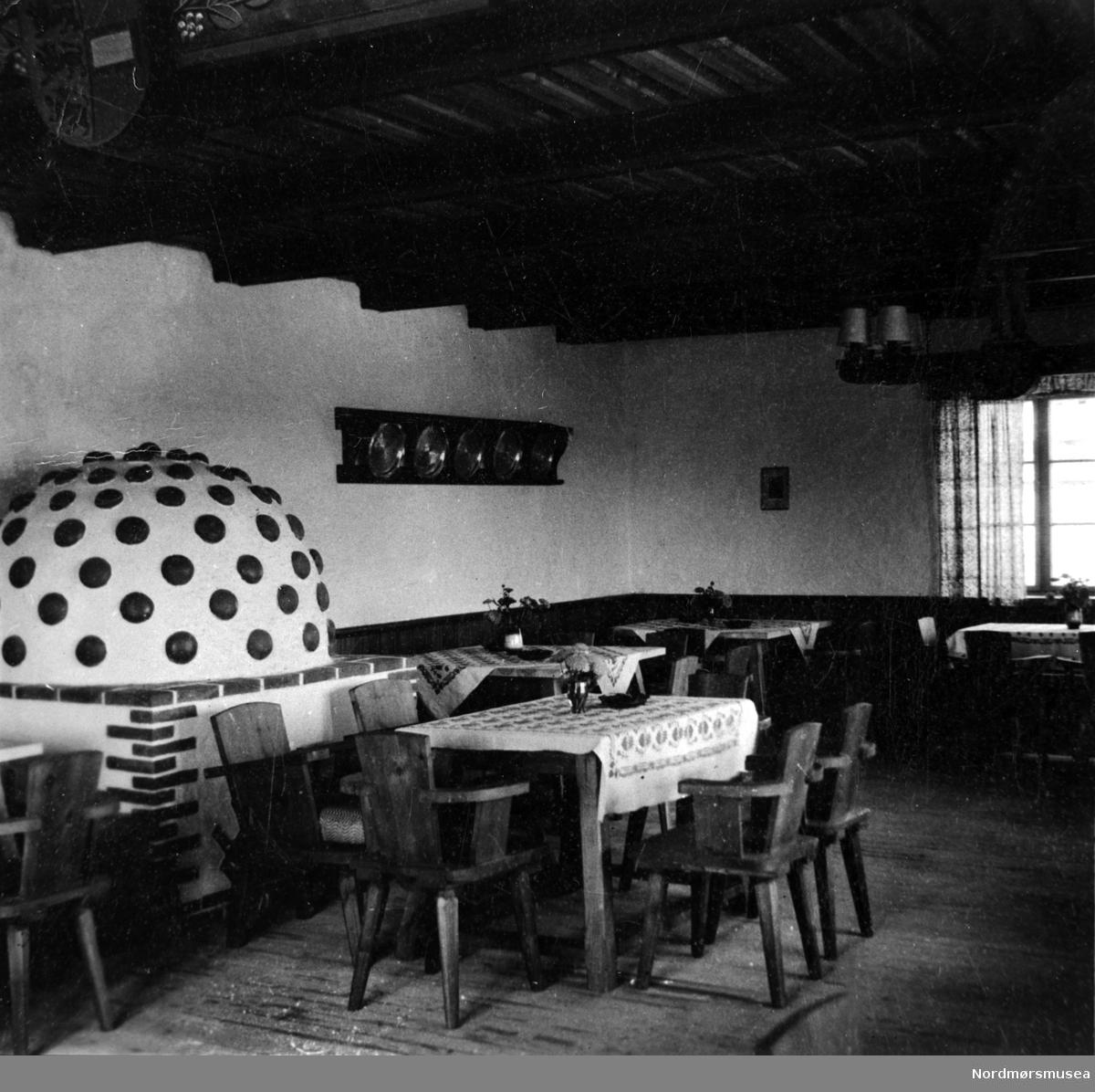 Kro, skjenkestue, peis, tysk.  Nordmøre museums fotosamling