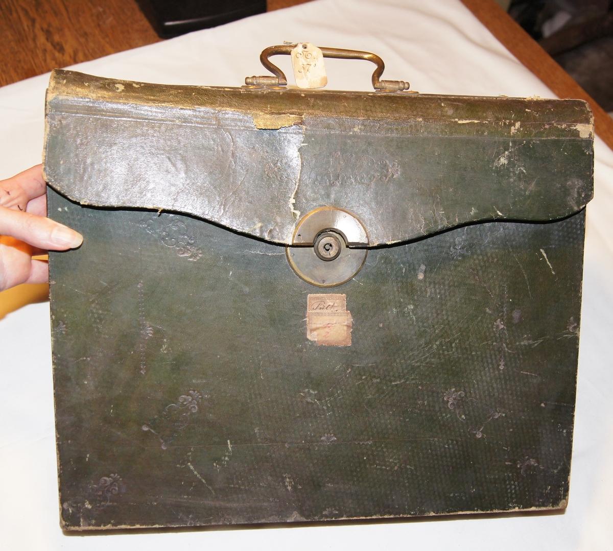 Mobilt kontor. Sammenleggbar trekoffert som blir til et lite skrivebord når den foldes ut. Kofferten har også små rom for oppbevaring av papirer og skrivesaker.