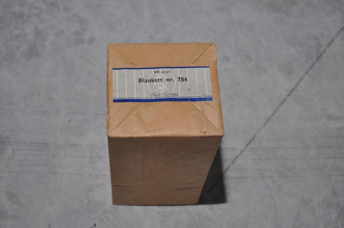 Beredskapskoffert for Postgiro Låsbar. Innhold i tilfelle krig. Innhold: 1. Instruks for kontohavere 2. Instruks for postkontorer 3. Melding til postgirokontohavere 4. Innkortmelding, bl. 603 5. Utbetalingskort, bl. 570 B. 6. Gireringskort bl. 565 B 7. ..... bl. 784