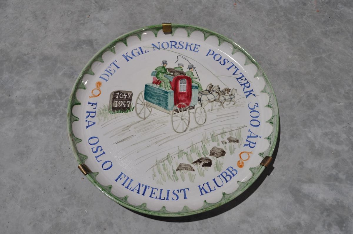 Pyntefat, gave fra Oslo Filatelistrklubb ved Postens 300-års jubiløeum i 1947.
