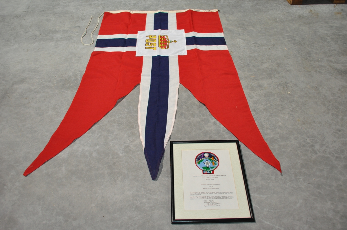 Postflagg med diplom. Flagget har med på romferge.