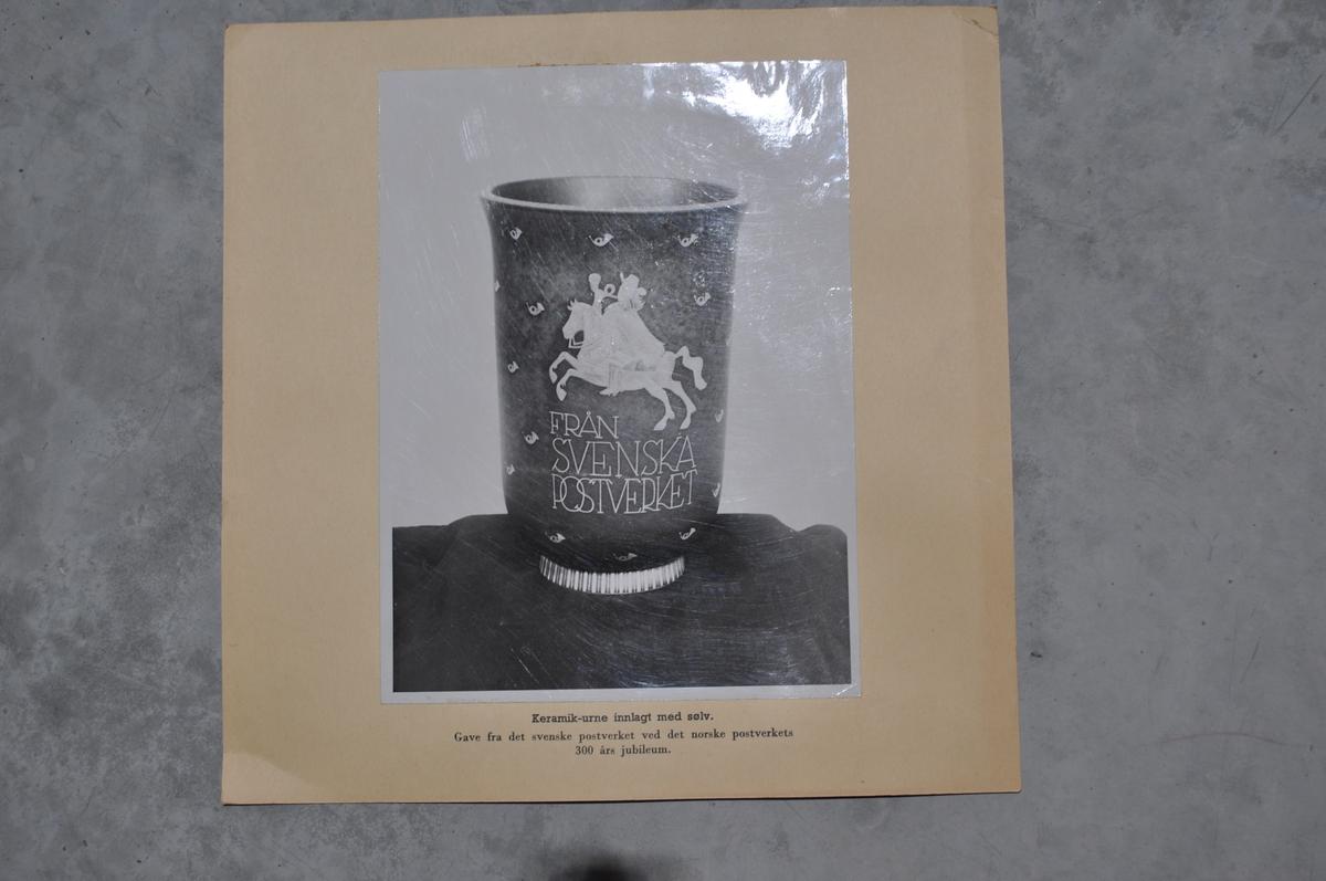 Bilder av framside og bakside av en urne som er gitt av Svenske Postverket i forbindelse med Postens 300 års jubileum.
