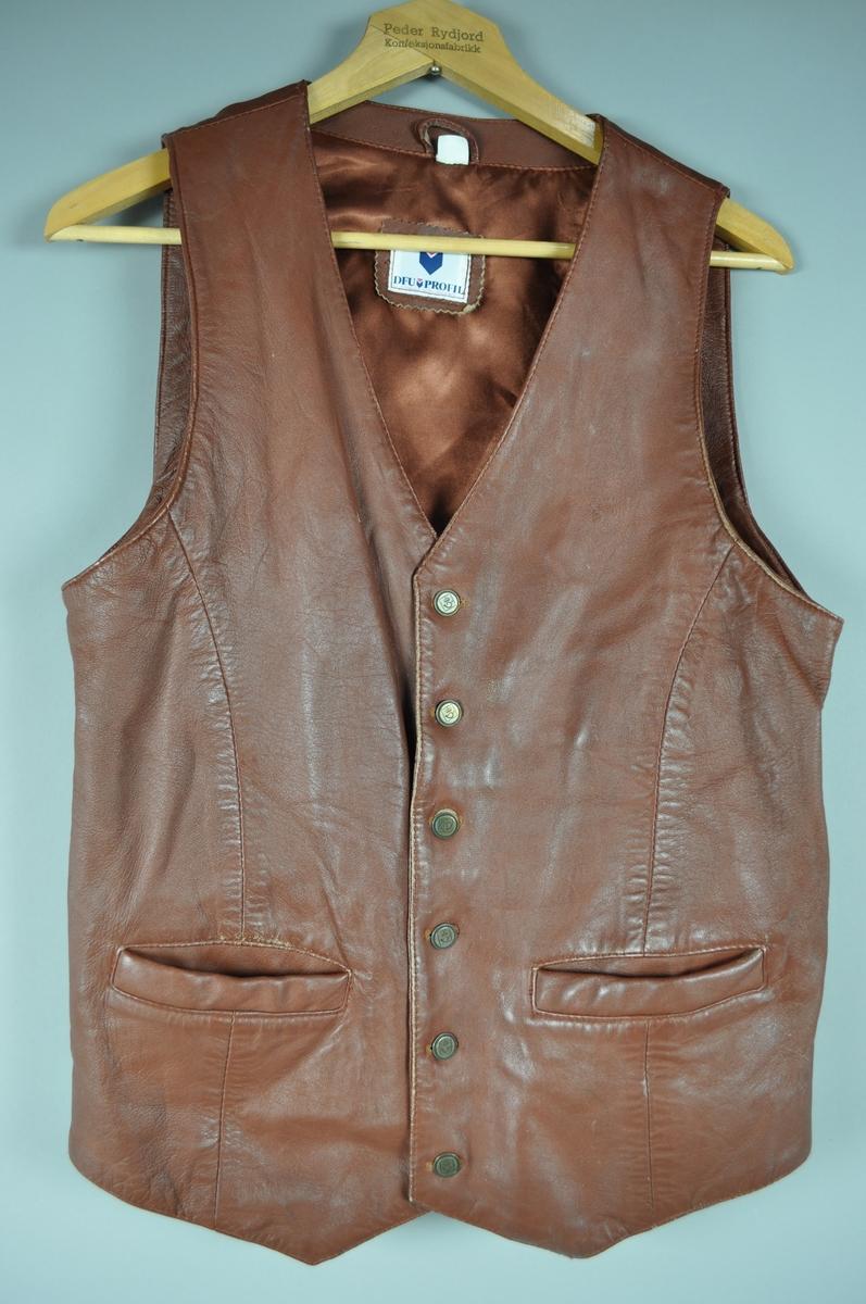 Skinnvest med silkefor og knepping. To lommer foran og spenne i ryggen. Vesten er laget med skinn foran og bakstykke i silke. Størrelse Dame 42- 44, Herre 48 -50