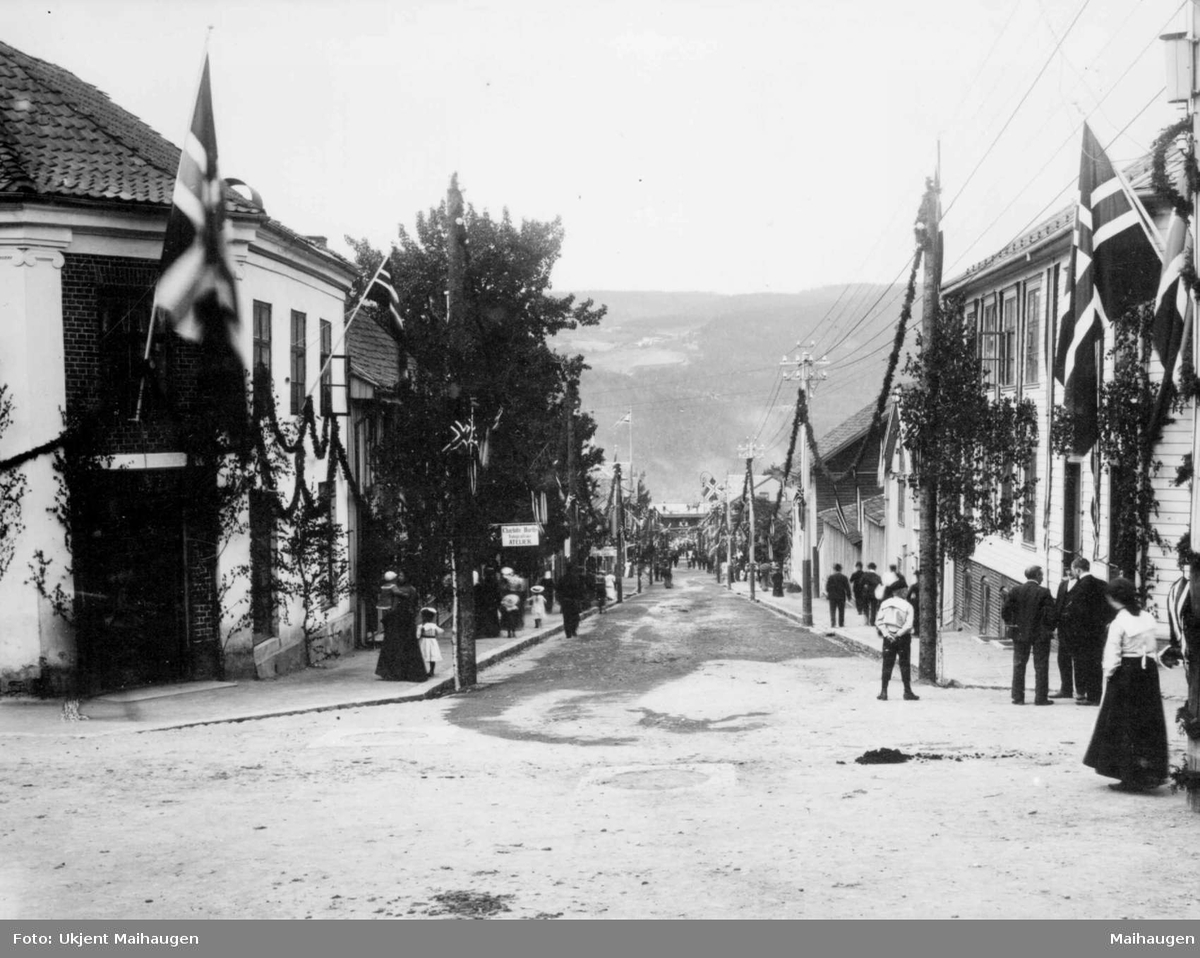 Repro: Lillehammer, Jernbanegt. Pyntet til kroningsreisen 1906.