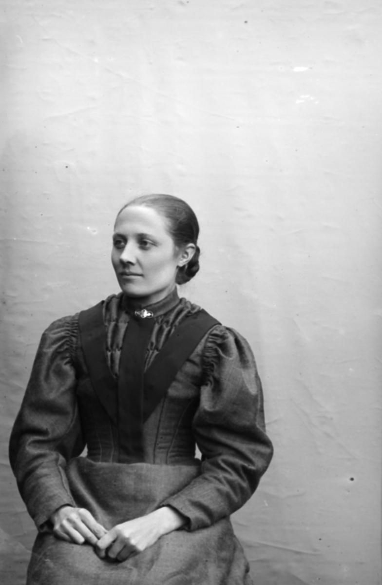 Portrett av Mari Løkken f 1875, Nord-Fron