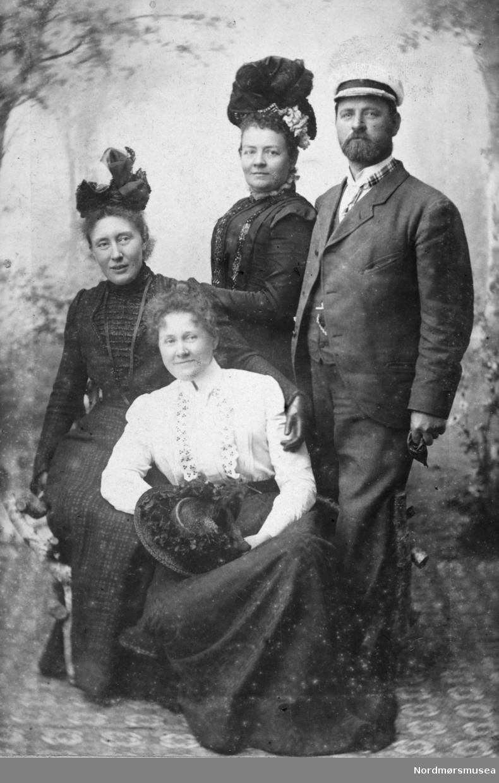 Portrett, 3 damer, 1 mann, ca 1880.  (ikke Johnsen). Fra Herlofsens fotoalbum. Fra Nordmøre museums fotosamlinger.