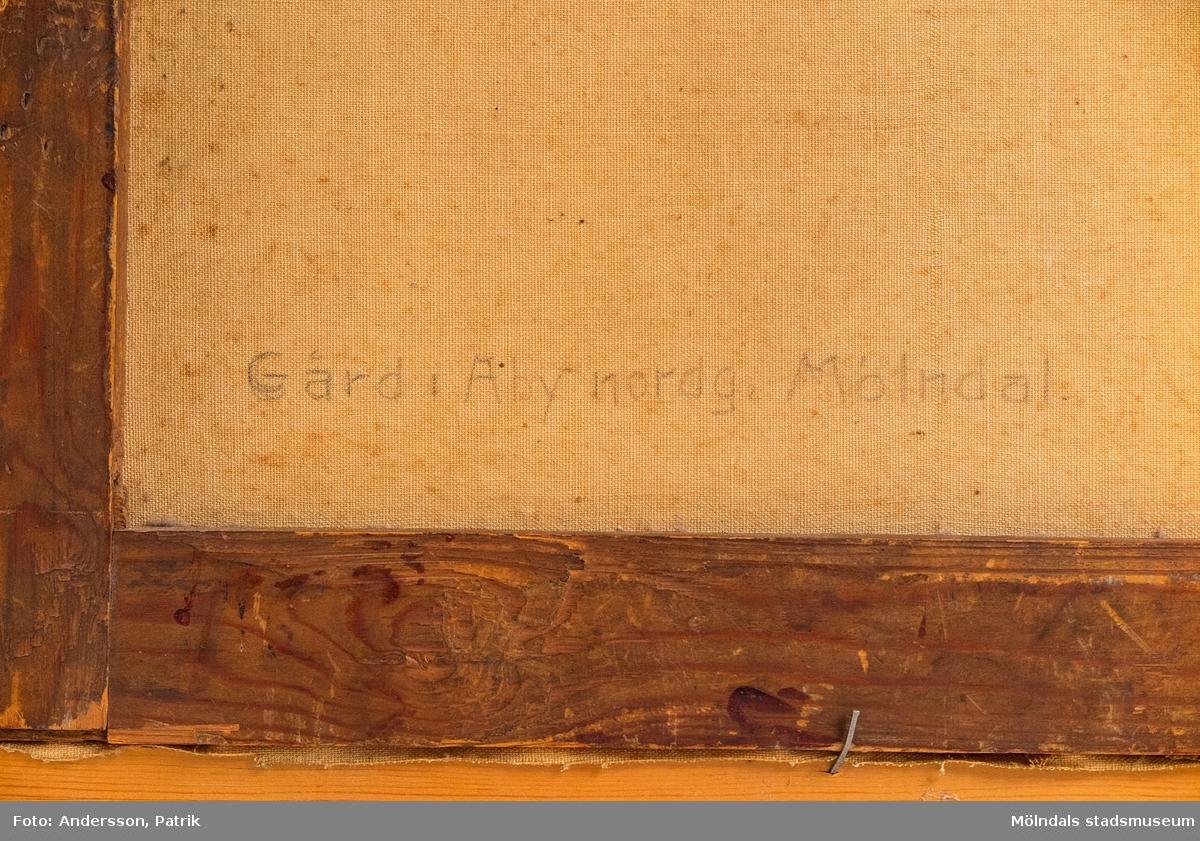 """Motivet på tavlan är från Åby Nordgård och Åby Frälsegård, kallades möjligen """"Holtermansgården"""" (nuvarande Holtermansgatan och platsen intill).  I det vita manshuset bodde Hugo (möjligen Kurts farbror) och Anne. Kurts mormor och morfar bodde i det ljusgula huset till höger. Werner och Hulda och deras två barn bodde i det röda huset till vänster. Werner var chaufför till Kurts far som grundade Mölndals lastbilscentral 1931."""