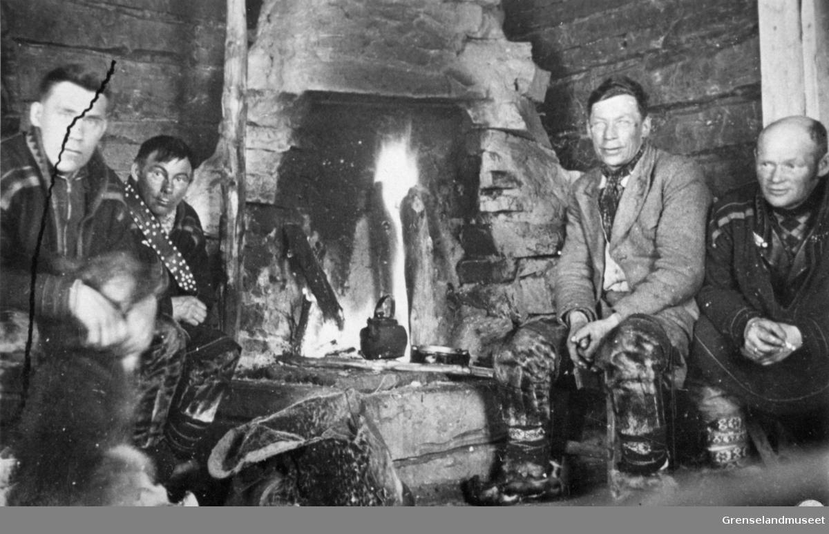 Oskar Paulsen, Ole A. Magga, Ole Johnsen og John Hivand fotografert foran peisen, Loulajervi, Munkefjord, Sør-Varanger like før krigen.