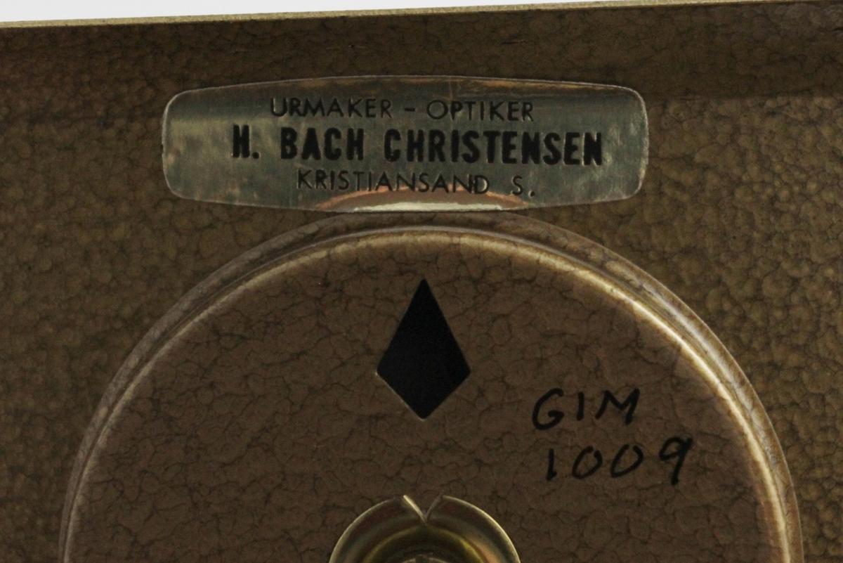 Dekor:Finrisset strålemønster på platen, som er buet oppe og nede, med tre rifler på hver bue. Gradinnd. 3/4 sirkel i termom.