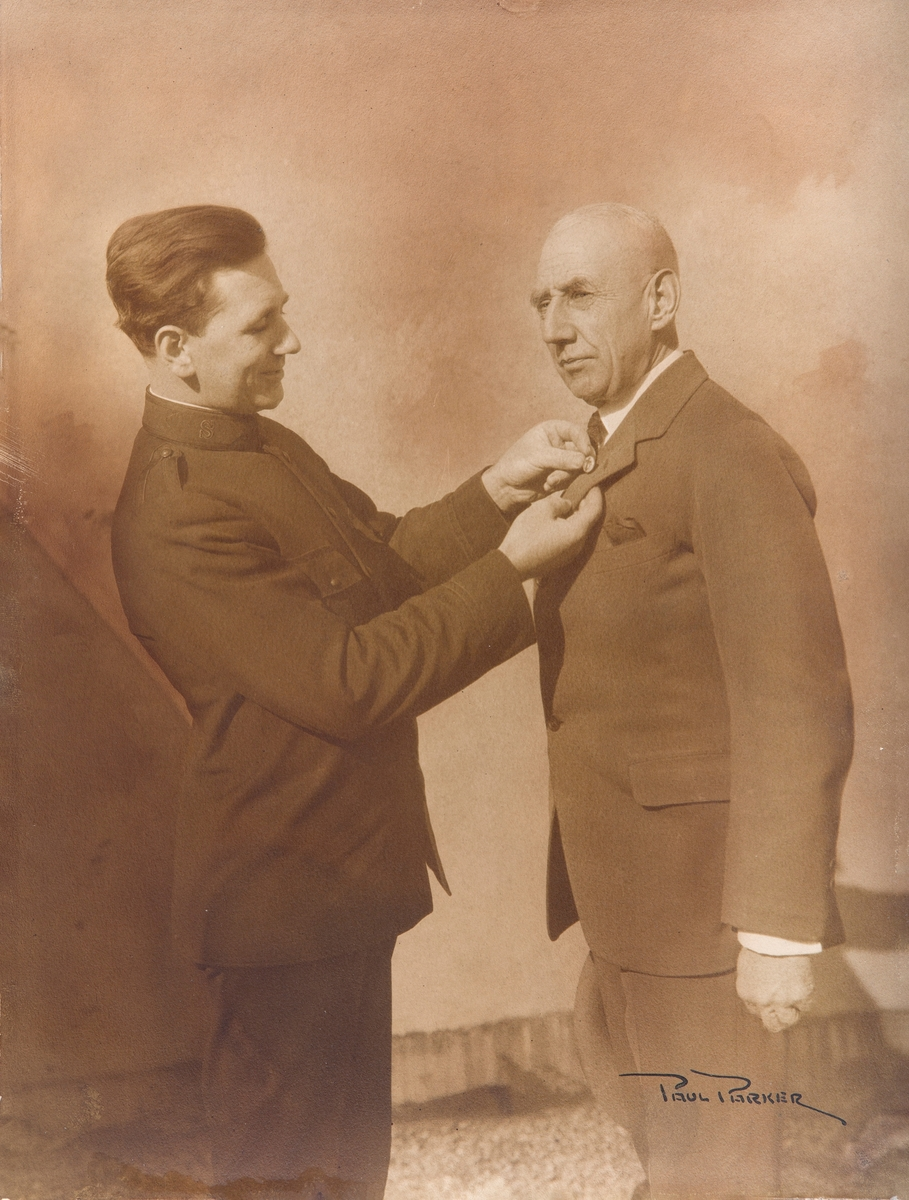 Fotografi av mann dekorerer Roald Amundsen på vegne av Frelsesarmeen N.Y.