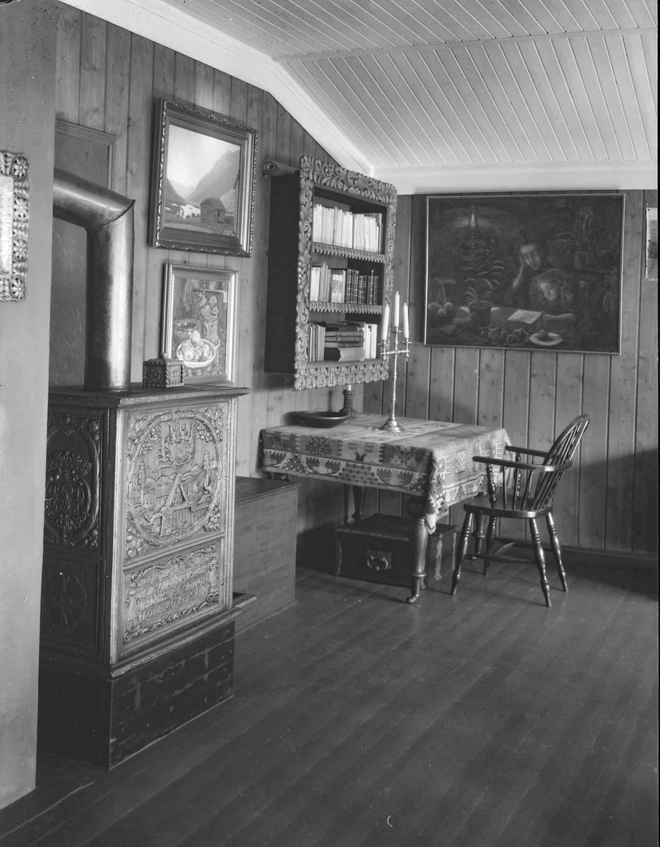 """Ringebu. Fra Karl Johan Olsen Løkkes bolig """"Lye"""". Interiør fra salen. Vedovn, møbler."""
