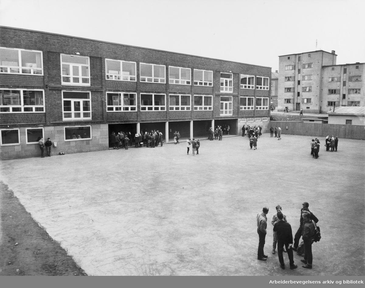 Skolegården på Sandaker skole, mai 1960.