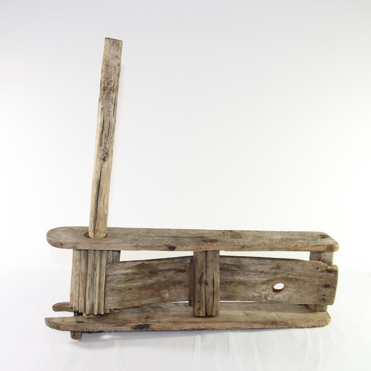 Skralle fra Hofsøy som ble brukt til å skremme bort fugler eller dyr som kom inn på innmark eller åkrer. Ble blant annet brukt til å jage hesteflokkene som gikk i utmark på beite hvis de kom inn på gården og slåttemarkene.