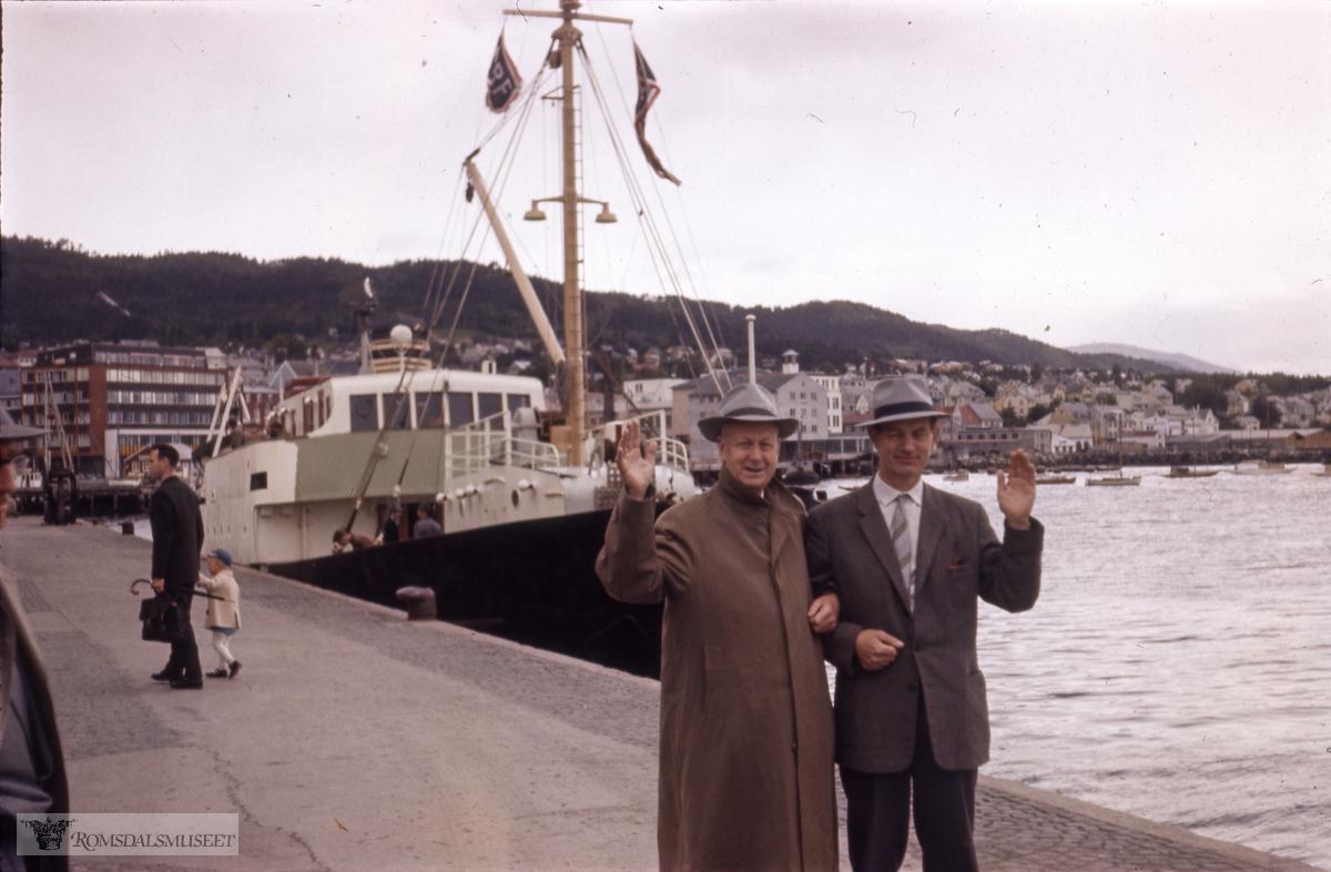 """MS """"Bolsøy"""", som trafikkerte utasundsruta ligger i bakgrunnen."""