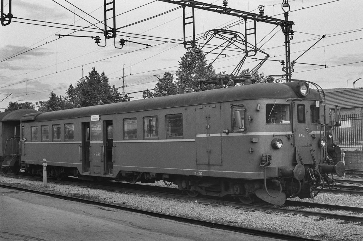 Lokaltog til Hokksund på Oslo Vestbanestasjon. Toget trekkes av motorvogn Bmeo 67 14.