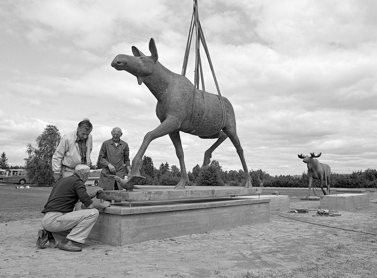 elgskulpturer laget av kunstneren Skule Waksvik (Foto/Photo)
