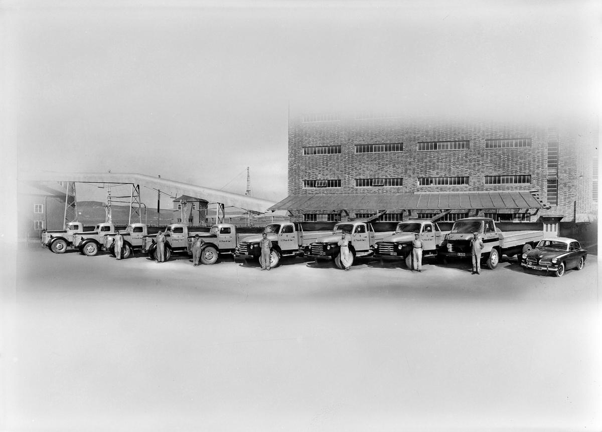 I. C. Piene & Søn sine Volvobiler foran mellageret i Buvika