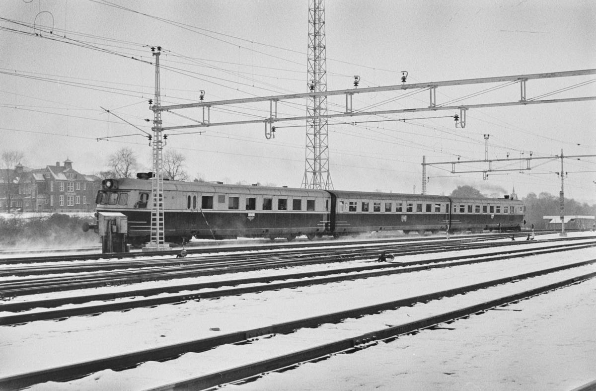 Dagtoget fra Trondheim til Oslo Ø over Røros. Toget består av dieselmotorvognsett type 88, fremst BFmdo 88.09, passerer Marienborg.