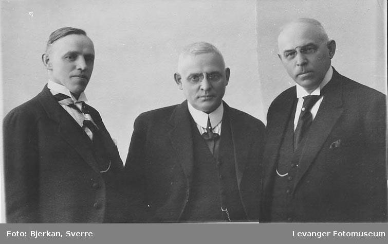Gruppebilde av tre menn. En av dem har etternavnet Trondsen fornavn ukjent