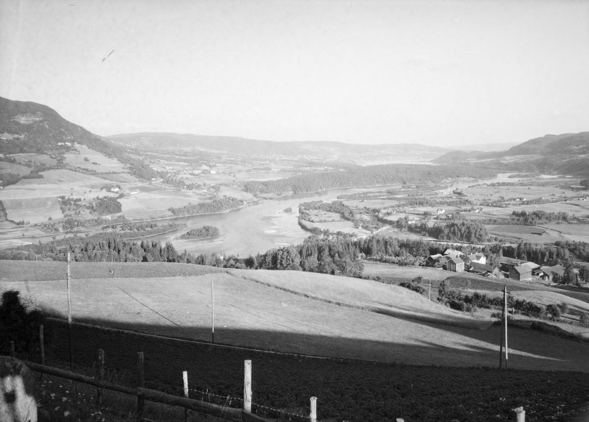 Utsikt fra Jørstadhøgda mot Lågen, Jørstadmoen og Lillehammer. Søre Jørstad i forgrunnen.