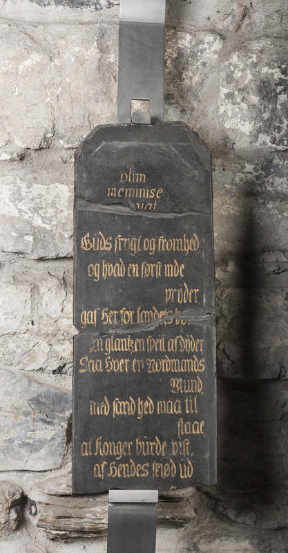 Minnetavle i svart skifer med gullskrift som gjengir et dikt skrevet til dronning Sophia Magdalena som var med kong Christian 6. på hans norgesreise i 1733.