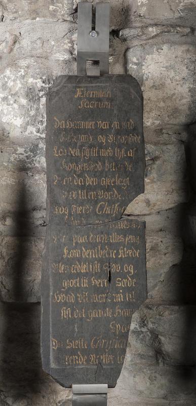 Minnetavle i svart skifer med gullskrift som gjengir en hyllest til kong Christian 6. under hans norgesreise i 1733. (Foto/Photo)