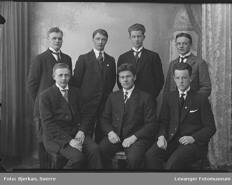 Gruppebilde av syv menn. En av dem har navnet H Renden fornavn ukjent