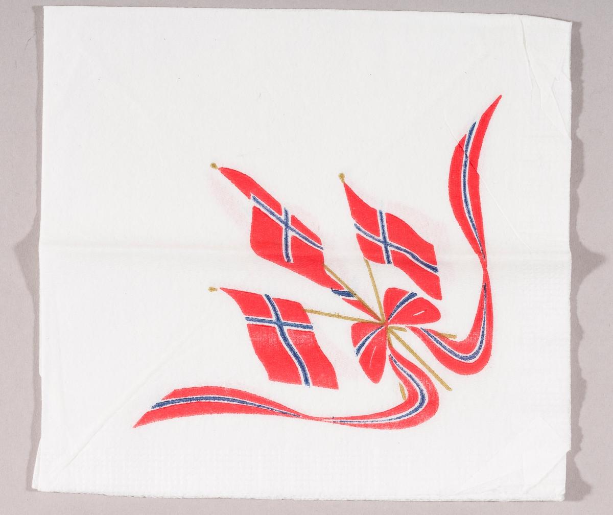 Tre norske flagg og et bånd i rødt, hvitt og blått med sløyfe.