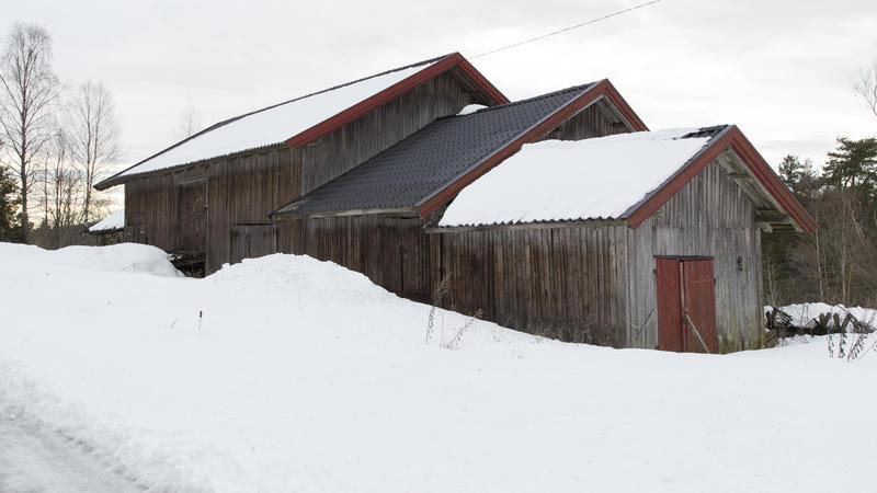 Driftsbygningen med vedskjul og stall nærmest. Foto: Thore Bakk, Follo museum/MiA (Foto/Photo)