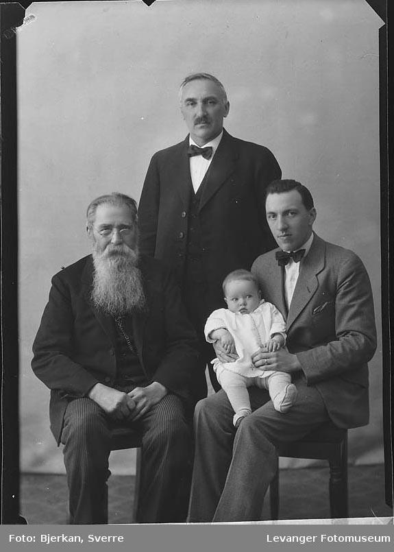 Familiebilde fire generasjoner. En av dem heter M Larsen fornavn ukjent