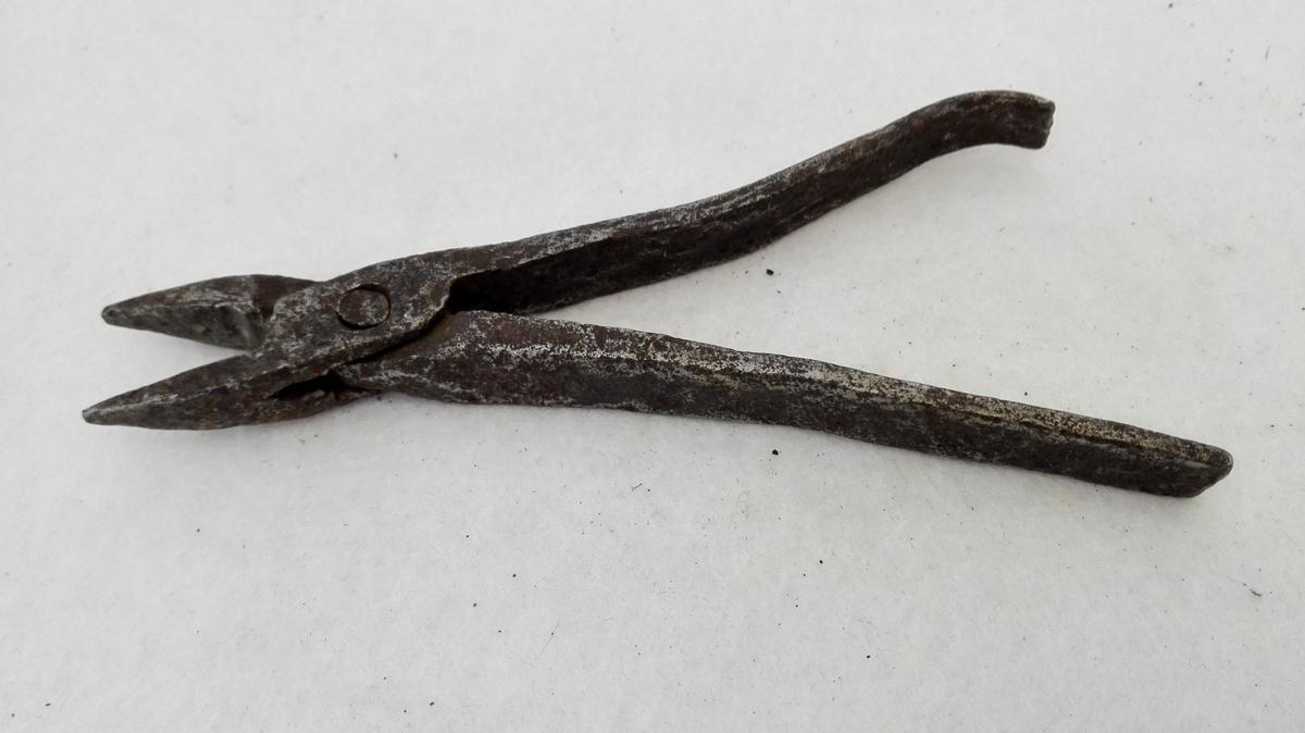 """1 nebbetang  Liten nebbetang, hjemmesmidd, længde 14 cm.  Kjöpt av Anders J. Ylvisaker (""""Sagaviken"""") Fardal"""