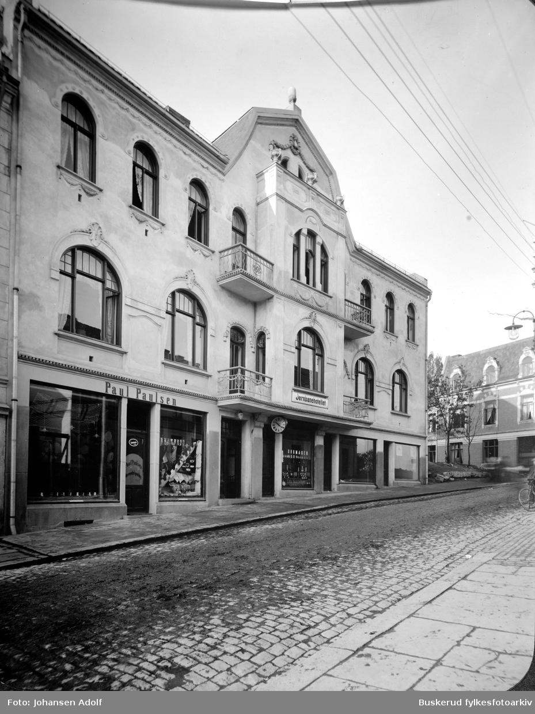Stabellsgate i Hønefoss. Grand hotel ble bygget i Jugendstil. Bygget er tegnet av arkitekt Magnus og ble oppført i 1913