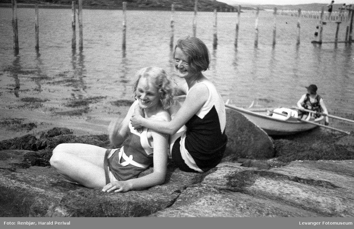 Badeliv, to jenter ved fjorden.