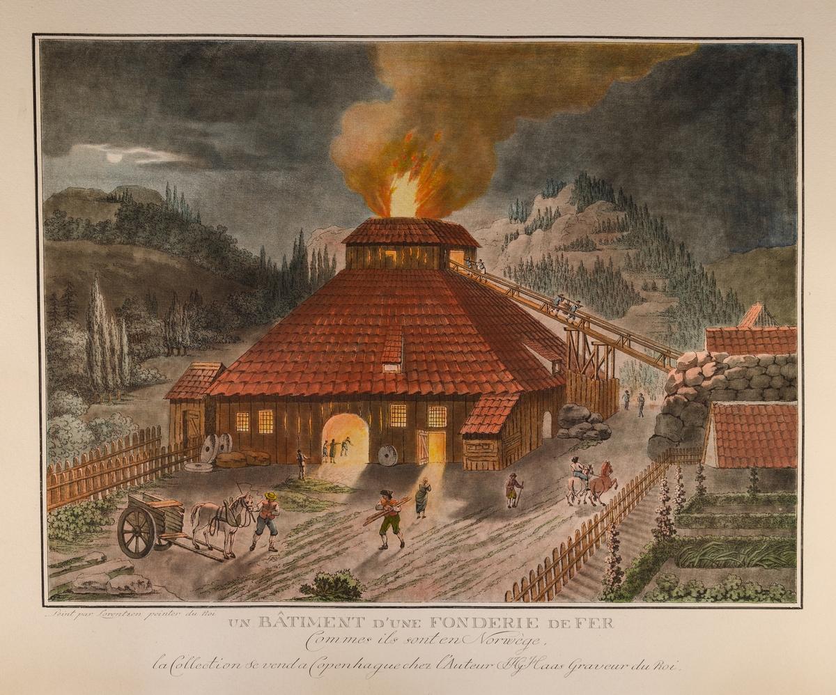 Masovnen er plassert sentralt i bilde med glødende flammer som stiger til værs gjennom taket fra masovnskransen. I bagrunnen skogkledde fjell og mørke skyer.
