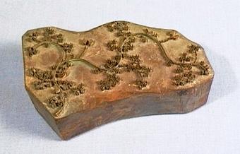 Mönsterstämpel av trä, med mönster av mässingsstift.
