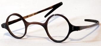 Glasögon med båge och skalmar av horn.