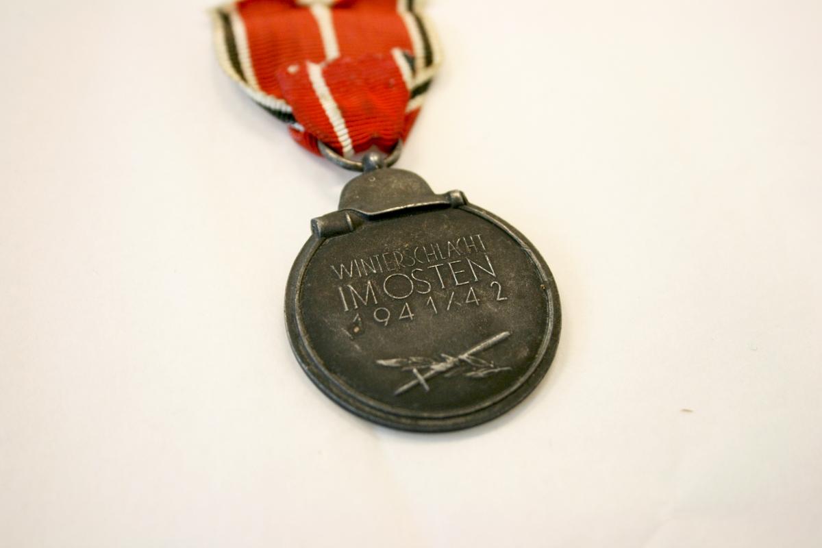Øverst på medaljen er det plassert en hjelm med en stavgranat under. Under hjelmen på advers ses den tyske ørn med hakekorset i klørne, samt en gren med blader. På revers er teksten «Winterschlacht im Osten 1941/42», skrevet med store bokstaver. Under teksten vises et sverd, samt en gren med blader.