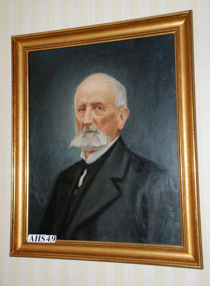 Patinert gullramme. Ukjent kunstner. Forestiller, etter foto, Hendrik Jansen Fasmer (1835-1930). Hvitt skjegg og hvite barter. Mørk grå dress, sort slips og hvit, stiv snipp. Dreiet mot høyre.