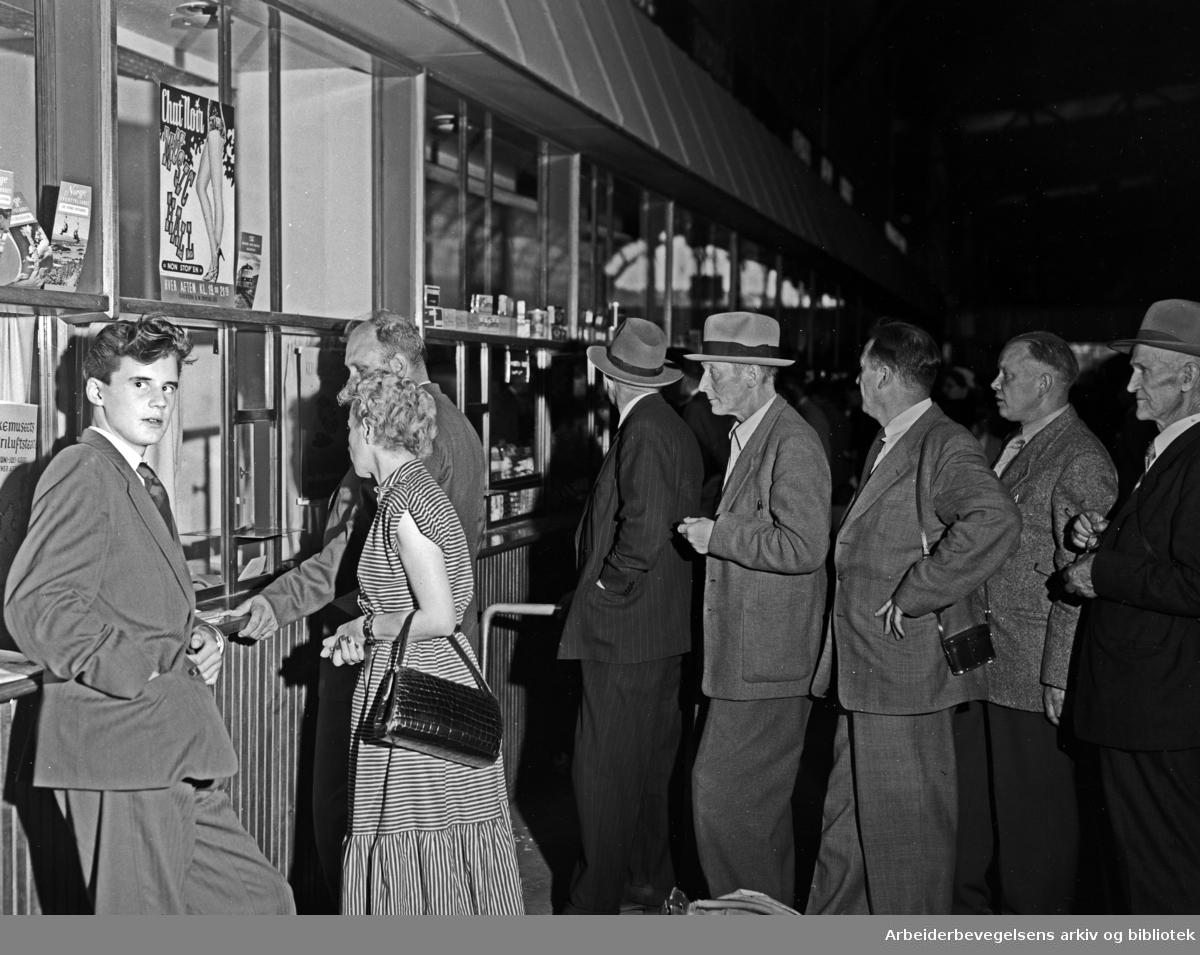 Østbanestasjonen. Billettkø. August 1954