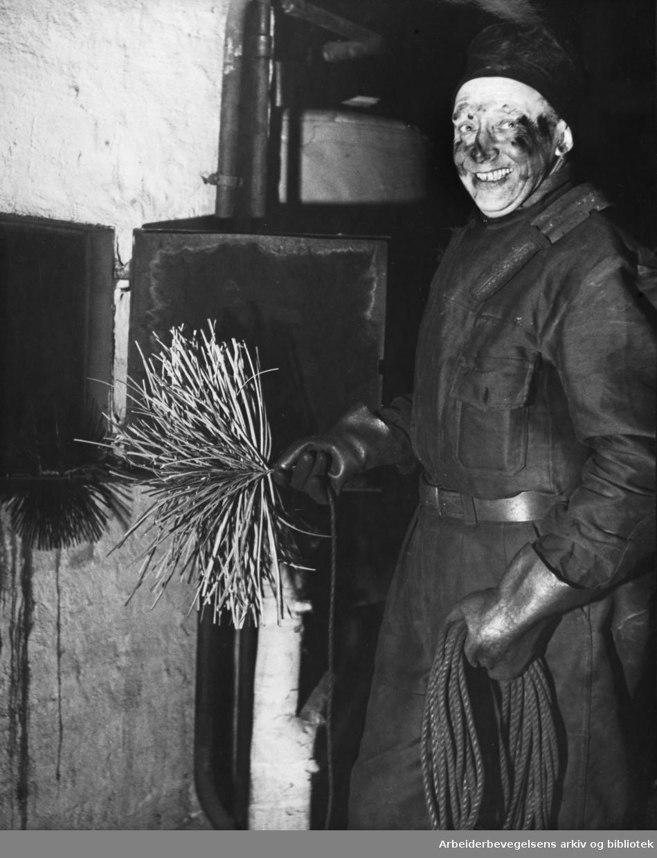 Formann i Feiersvennenes Forening, Birger Hansen, har renset pipa i Nobelsgate 21l, april 1955.