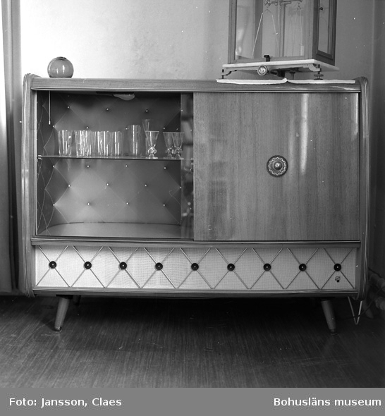 """Enligt uppgift: """"Radiogrammofon med barskåp inköpt (begagnad) 1965. Ovanpå radion en laboratorievåg som tidigare användes i vågrummet""""."""