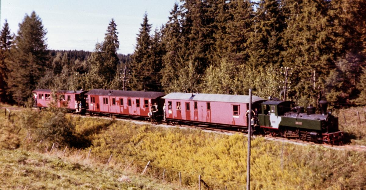 Tog på museumsbanen Urskog-Hølandsbanen underveis opp Sætrabakken.